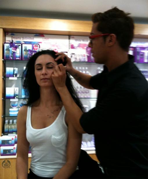 Karin Sattar, maquilleur Body Shop, avec Poulette